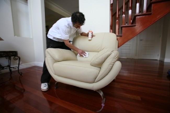 Vệ sinh ghế sofa tại nhà đơn giản.